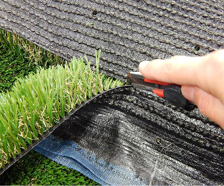 Cutting the seam while installing artificial grass