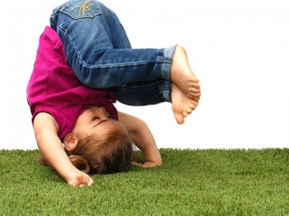 playground-grass-artificial-turf-for-kids-and-pets-bella-turf-grass-_0003_mabel-sommersault