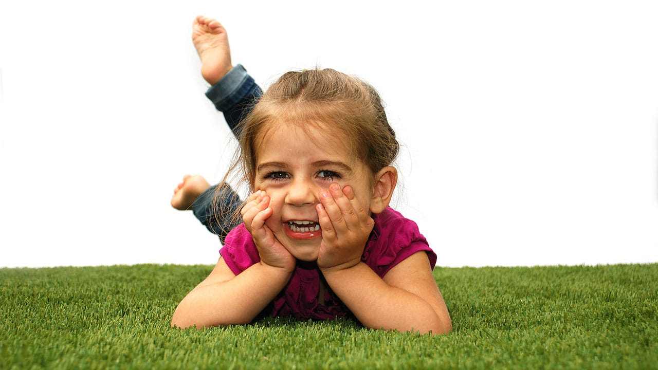 playground-grass-artificial-turf-for-kids-and-pets-bella-turf-grass-_0006_mabel-cheese