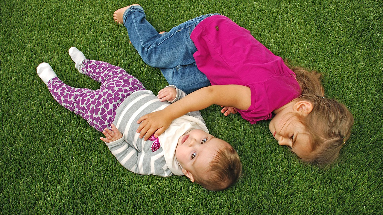 playground-grass-artificial-turf-for-kids-and-pets-bella-turf-grass-_0013_girls