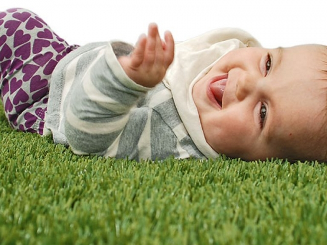 playground-grass-artificial-turf-for-kids-and-pets-bella-turf-grass-_0016_baby-ruby
